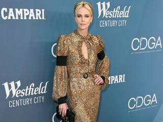 Charlize Theron beeindruckt in Gold und Glitzer