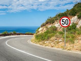 Tempolimits: So schnell darf man im Urlaub fahren