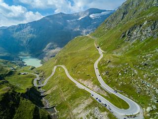 So viel zahlen Sie für Tunnel, Pässe und Autoschleusen in den Alpen