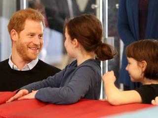 Fürsorglich: Prinz Harry versorgt Kinder in Jugendzentrum