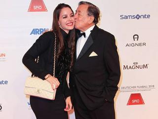 So verliebt zeigt sich Richard Lugner mit seiner neuen Freundin