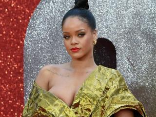 Das war knapp! Sexy Rihanna entgeht einem Busenblitzer