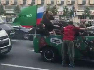 Autokorso in Russland: Fans feiern mit einem echten Bären!