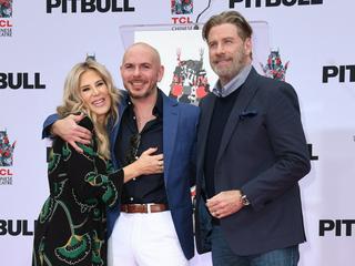 John Travolta stiehlt Pitbull fast die Show